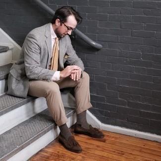 Comment porter un pantalon de costume marron clair: Harmonise un blazer gris avec un pantalon de costume marron clair pour une silhouette classique et raffinée. Une paire de mocassins à pampilles en daim marron est une option astucieux pour complèter cette tenue.
