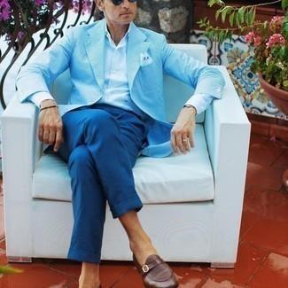Comment porter une montre en cuir noire: Pense à associer un blazer à rayures verticales bleu clair avec une montre en cuir noire pour une tenue relax mais stylée. Assortis cette tenue avec une paire de slippers en cuir marron pour afficher ton expertise vestimentaire.