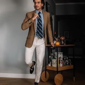 Comment porter des lunettes de soleil transparentes: Pour une tenue aussi confortable que ton canapé, harmonise un blazer marron clair avec des lunettes de soleil transparentes. Choisis une paire de chaussures brogues en cuir noires et blanches pour afficher ton expertise vestimentaire.
