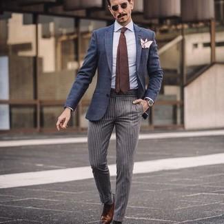 Comment porter une chemise de ville bleu clair: Harmonise une chemise de ville bleu clair avec un pantalon de costume à rayures verticales gris pour un look pointu et élégant. Assortis ce look avec une paire de chaussures richelieu en cuir marron.