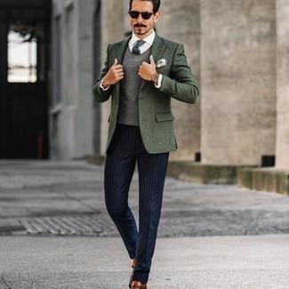 Tendances mode hommes: Essaie d'harmoniser un blazer vert foncé avec un pantalon de costume à rayures verticales bleu marine pour un look classique et élégant. Cet ensemble est parfait avec une paire de double monks en cuir marron.