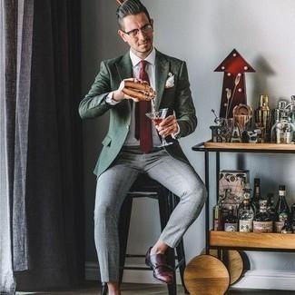 Comment porter des lunettes de soleil transparentes: Pense à marier un blazer vert foncé avec des lunettes de soleil transparentes pour un look confortable et décontracté. Jouez la carte classique pour les chaussures et choisis une paire de double monks en cuir bordeaux.