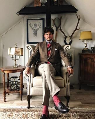 Comment porter un blazer en laine écossais marron: Associe un blazer en laine écossais marron avec un pantalon de costume gris pour un look classique et élégant. Une paire de mocassins à pampilles en cuir noirs est une option judicieux pour complèter cette tenue.