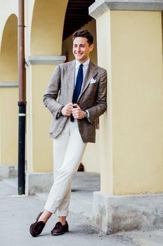 Comment porter des mocassins à pampilles en daim marron foncé: Associe un blazer écossais marron avec un pantalon de costume blanc pour un look pointu et élégant. Termine ce look avec une paire de mocassins à pampilles en daim marron foncé.
