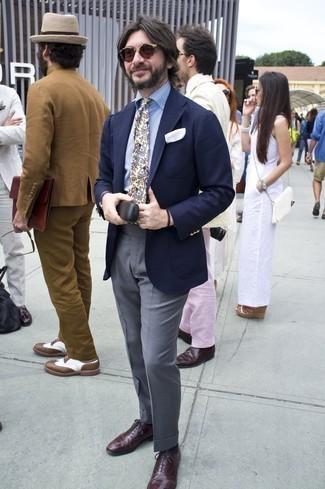Comment s'habiller après 40 ans: Pense à harmoniser un blazer bleu marine avec un pantalon de costume gris pour dégager classe et sophistication.