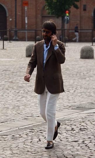 Comment s'habiller après 40 ans: Pense à marier un blazer marron foncé avec un pantalon de costume blanc pour une silhouette classique et raffinée. Assortis ce look avec une paire de mocassins à pampilles en cuir tressés marron foncé.