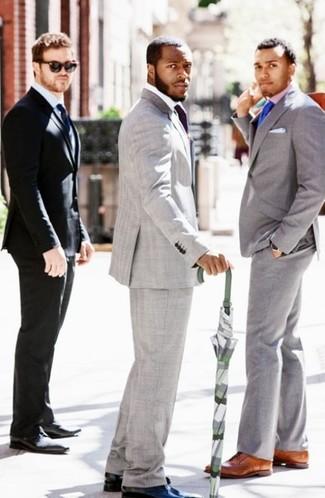 Comment porter: blazer gris, chemise de ville blanche, pantalon de costume gris, chaussures derby en cuir noires