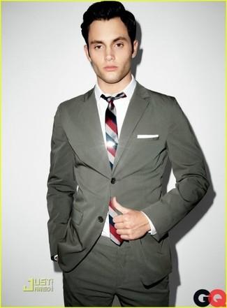 Comment porter: blazer gris foncé, chemise de ville blanche, pantalon de costume gris foncé, cravate à rayures verticales blanc et rouge et bleu marine