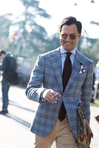 Comment porter: blazer en laine écossais bleu clair, chemise de ville bleu clair, pantalon de costume en laine marron clair, cravate marron foncé