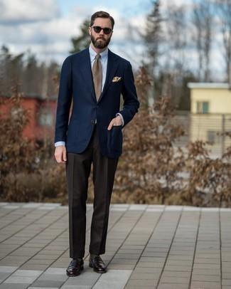 Comment porter une cravate écossaise marron clair: Essaie d'harmoniser un blazer en laine bleu marine avec une cravate écossaise marron clair pour dégager classe et sophistication. Complète ce look avec une paire de slippers en cuir marron foncé.