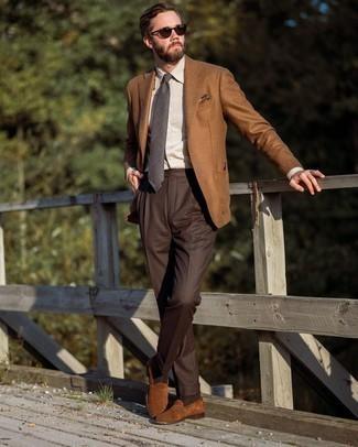 Comment porter une cravate écossaise gris foncé: Essaie d'associer un blazer en laine tabac avec une cravate écossaise gris foncé pour un look pointu et élégant. Termine ce look avec une paire de slippers en daim marron.