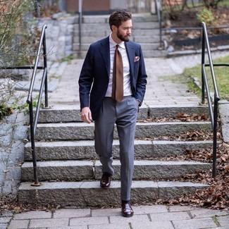 Comment porter une pochette de costume rose: Essaie d'harmoniser un blazer bleu marine avec une pochette de costume rose pour un look confortable et décontracté. Jouez la carte classique pour les chaussures et assortis cette tenue avec une paire de slippers en cuir marron foncé.