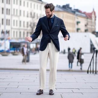 Comment porter une chemise de ville en chambray bleu marine: Marie une chemise de ville en chambray bleu marine avec un pantalon de costume blanc pour un look pointu et élégant. Jouez la carte décontractée pour les chaussures et assortis cette tenue avec une paire de slippers en cuir marron foncé.