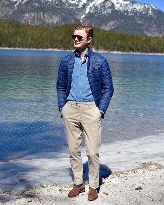 Comment porter une pochette de costume imprimée bleu marine et blanc: Pense à harmoniser un blazer matelassé bleu marine avec une pochette de costume imprimée bleu marine et blanc pour un look idéal le week-end. Une paire de mocassins à pampilles en daim marron rendra élégant même le plus décontracté des looks.