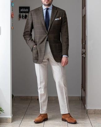 Comment porter des bottes de loisirs en daim marron: Opte pour un blazer en laine à carreaux marron foncé avec un pantalon de costume blanc pour un look pointu et élégant. Si tu veux éviter un look trop formel, choisis une paire de bottes de loisirs en daim marron.