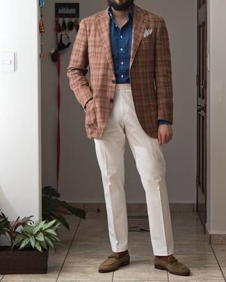 Comment porter une chemise de ville en chambray bleu marine: Porte une chemise de ville en chambray bleu marine et un pantalon de costume blanc pour dégager classe et sophistication. Si tu veux éviter un look trop formel, choisis une paire de slippers en daim olive.