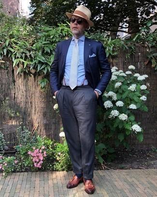 Comment porter une pochette de costume blanc et bleu: Un blazer bleu marine et une pochette de costume blanc et bleu communiqueront une impression de facilité et d'insouciance. Une paire de mocassins à pampilles en cuir marron rendra élégant même le plus décontracté des looks.