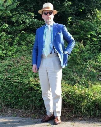 Comment porter une pochette de costume blanc et bleu: Pense à marier un blazer bleu avec une pochette de costume blanc et bleu pour un look confortable et décontracté. Opte pour une paire de mocassins à pampilles en cuir marron pour afficher ton expertise vestimentaire.