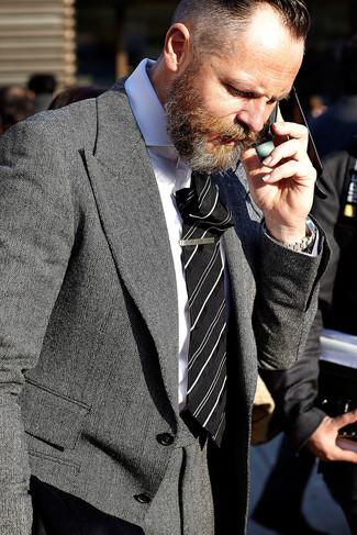 Comment porter une cravate à rayures verticales noire après 40 ans: Choisis un blazer en pied-de-poule gris et une cravate à rayures verticales noire pour une silhouette classique et raffinée.