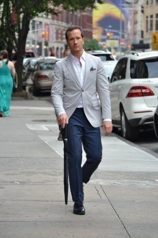 Comment porter une pochette de costume imprimée bleu marine et blanc: Pense à marier un blazer gris avec une pochette de costume imprimée bleu marine et blanc pour une tenue relax mais stylée. Jouez la carte classique pour les chaussures et complète cet ensemble avec une paire de chaussures derby en cuir noires.