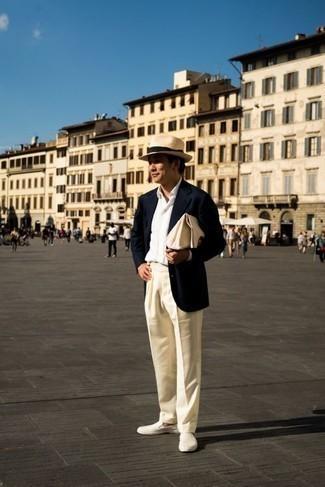 Comment s'habiller après 40 ans: Associe un blazer bleu marine avec un pantalon de costume beige pour un look classique et élégant. Si tu veux éviter un look trop formel, complète cet ensemble avec une paire de baskets à enfiler en toile beiges.