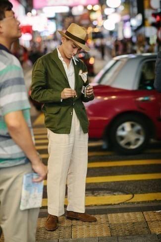 Comment s'habiller pour un style elégantes au printemps: Pense à porter un blazer olive et un pantalon de costume en lin beige pour une silhouette classique et raffinée. Si tu veux éviter un look trop formel, termine ce look avec une paire de bottines chukka en daim marron. On aime ce look pour cette saison.