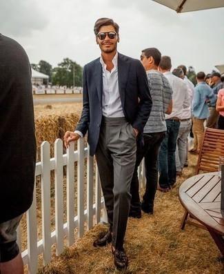 Comment porter des lunettes de soleil argentées: Pour une tenue aussi confortable que ton canapé, associe un blazer noir avec des lunettes de soleil argentées. Transforme-toi en bête de mode et fais d'une paire de mocassins à pampilles en cuir marron foncé ton choix de souliers.