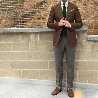 Comment porter des mocassins à pampilles en daim marron: Harmonise un blazer à carreaux marron avec un pantalon de costume gris pour dégager classe et sophistication. Une paire de mocassins à pampilles en daim marron est une option parfait pour complèter cette tenue.