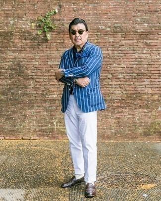 Comment porter une pochette de costume: Marie un blazer à rayures verticales bleu avec une pochette de costume pour une tenue idéale le week-end. Une paire de slippers en cuir marron foncé apportera une esthétique classique à l'ensemble.