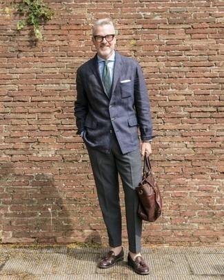 Comment porter une pochette de costume: Pense à marier un blazer bleu marine avec une pochette de costume pour un look confortable et décontracté. D'une humeur audacieuse? Complète ta tenue avec une paire de mocassins à pampilles en cuir marron foncé.