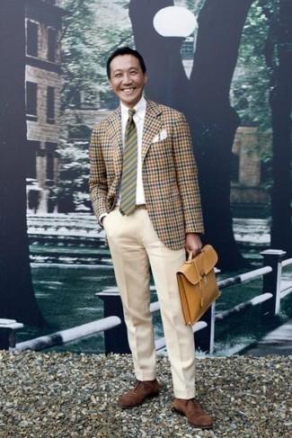Comment porter une pochette de costume: Pense à marier un blazer en vichy marron clair avec une pochette de costume pour un look confortable et décontracté. D'une humeur audacieuse? Complète ta tenue avec une paire de chaussures richelieu en daim marron.
