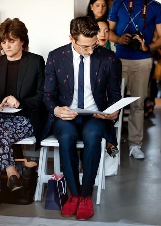 Comment porter: blazer à rayures verticales bleu marine, chemise de ville blanche, pantalon de costume bleu marine, chaussures richelieu en daim rouges