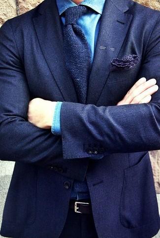 Comment porter: blazer en laine bleu marine, chemise de ville en chambray bleue, pantalon de costume bleu marine, cravate en laine bleu marine