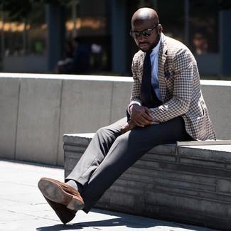 Comment porter un blazer en vichy marron: Pense à marier un blazer en vichy marron avec un pantalon de costume gris foncé pour une silhouette classique et raffinée. Une paire de slippers en daim marron est une option avisé pour complèter cette tenue.