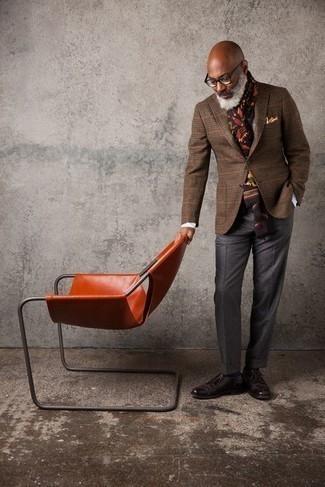 Comment s'habiller après 50 ans: Essaie d'associer un blazer en laine à carreaux marron avec un pantalon de costume gris foncé pour un look classique et élégant. Cette tenue se complète parfaitement avec une paire de chaussures derby en cuir marron foncé.