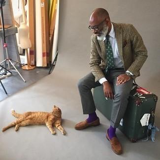 Comment s'habiller après 50 ans: Pense à porter un blazer en laine en pied-de-poule marron clair et un pantalon de costume gris foncé pour un look pointu et élégant. Cette tenue se complète parfaitement avec une paire de slippers en daim marron.