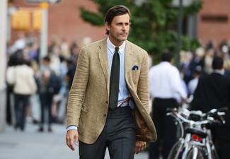 Comment porter: blazer en laine marron clair, chemise de ville bleu clair, pantalon de costume gris foncé, cravate olive