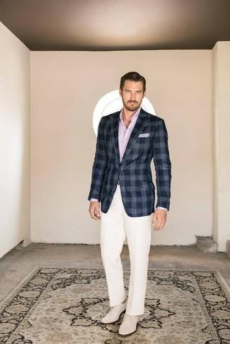 Tendances mode hommes: Harmonise un blazer écossais bleu marine et blanc avec un pantalon de costume blanc pour un look classique et élégant.