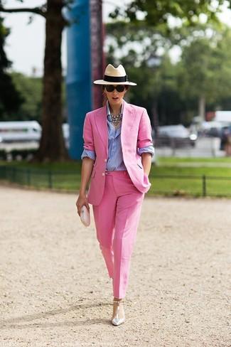 Comment porter: blazer rose, chemise de ville à rayures verticales blanc et bleu, pantalon de costume rose, escarpins en cuir argentés