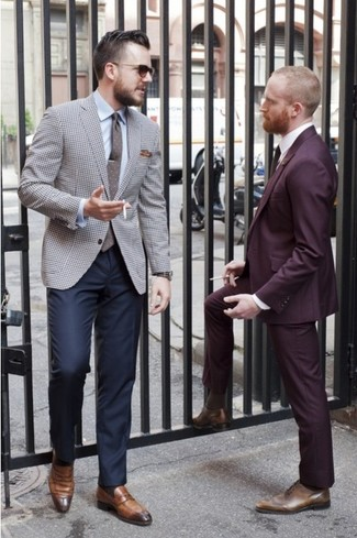 Comment porter: blazer en pied-de-poule gris, chemise de ville bleu clair, pantalon de costume bleu marine, slippers en cuir marron