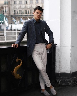 Tendances mode hommes: Pense à opter pour une chemise de ville gris foncé pour dégager classe et sophistication.