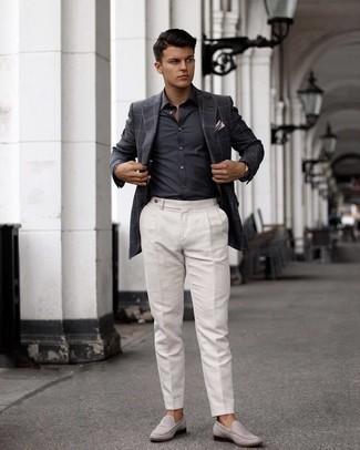Comment s'habiller pour un style elégantes: Pense à porter une chemise de ville gris foncé pour dégager classe et sophistication.