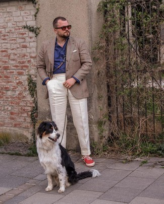 Tendances mode hommes: Harmonise un blazer écossais marron avec un pantalon de costume blanc pour dégager classe et sophistication. Tu veux y aller doucement avec les chaussures? Choisis une paire de baskets basses en toile rouges pour la journée.
