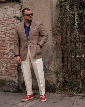 Tendances mode hommes: Essaie de marier un blazer écossais marron avec un pantalon de costume blanc pour un look pointu et élégant. Jouez la carte décontractée pour les chaussures et opte pour une paire de baskets basses en toile rouges.