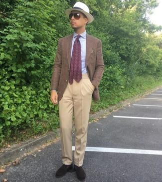 Comment porter une cravate imprimée bordeaux: Marie un blazer marron avec une cravate imprimée bordeaux pour un look classique et élégant. Une paire de slippers en daim marron foncé est une option judicieux pour complèter cette tenue.