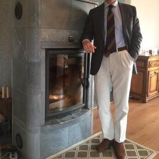 Comment porter des chaussures richelieu en daim marron foncé: Opte pour un blazer gris foncé avec un pantalon de costume blanc pour une silhouette classique et raffinée. Cet ensemble est parfait avec une paire de chaussures richelieu en daim marron foncé.