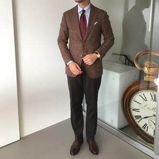 Comment porter une cravate imprimée bordeaux: Essaie de marier un blazer marron avec une cravate imprimée bordeaux pour un look pointu et élégant. Termine ce look avec une paire de chaussures richelieu en cuir marron foncé.