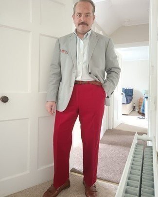 Comment s'habiller après 40 ans: Essaie d'associer un blazer gris avec un pantalon de costume rouge pour une silhouette classique et raffinée. Cet ensemble est parfait avec une paire de monks en cuir marron.