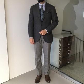 Tendances mode hommes: Porte un blazer en laine gris foncé et un pantalon de costume gris pour dégager classe et sophistication. Une paire de chaussures richelieu en cuir marron foncé s'intégrera de manière fluide à une grande variété de tenues.