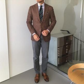 Comment porter un pantalon de costume gris foncé: Harmonise un blazer marron avec un pantalon de costume gris foncé pour dégager classe et sophistication. Cette tenue se complète parfaitement avec une paire de double monks en cuir marron.